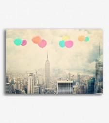 Cuidad retro con globos de colores  _G841