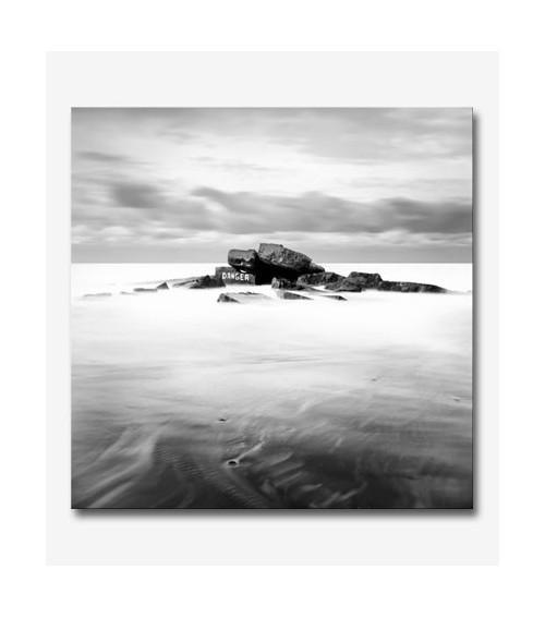 Paisaje isla en el mar BN